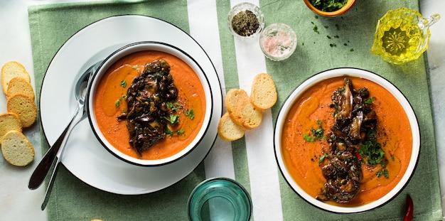 Creme de lentilhas vermelhas com tomate em cima da mesa. alimento vegan saudável para toda a família