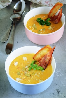 Creme de outono de sopa de abóbora com bacon e pão torrado.