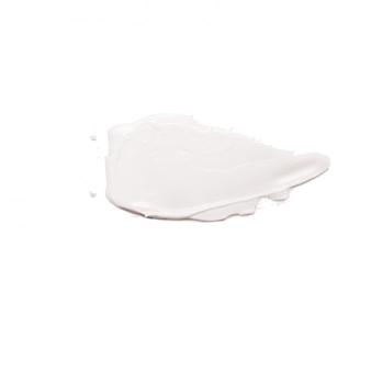 Creme de rosto hidratante manchado bege isolado no fundo branco.
