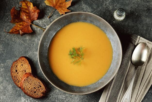 Creme de sopa de abóbora, batata doce, cenoura e nabo