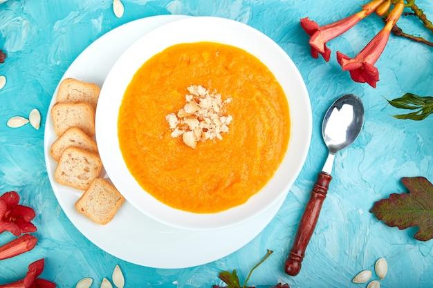 Creme de sopa de abóbora. dia de ação de graças. vegetariano