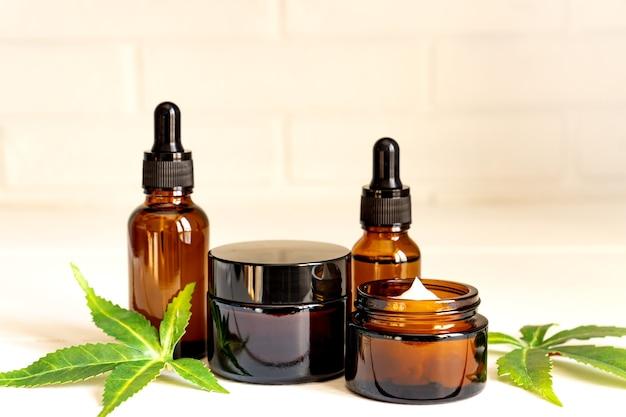 Creme facial de cannabis ou conceito de conta-gotas de soro ou óleo. cosmético natural.