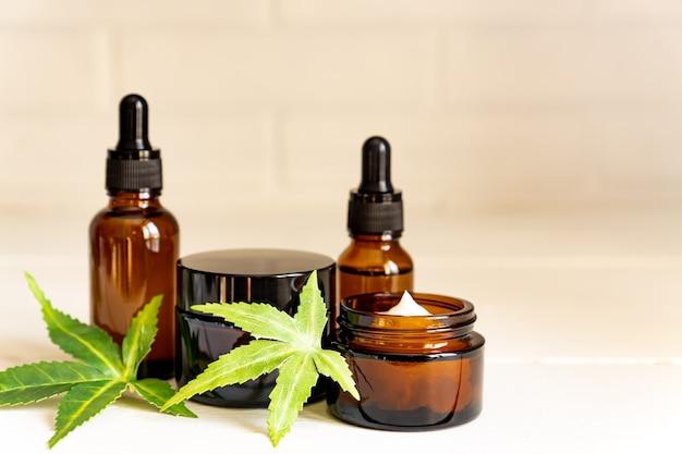 Creme facial de cannabis ou conceito de conta-gotas de soro ou óleo.
