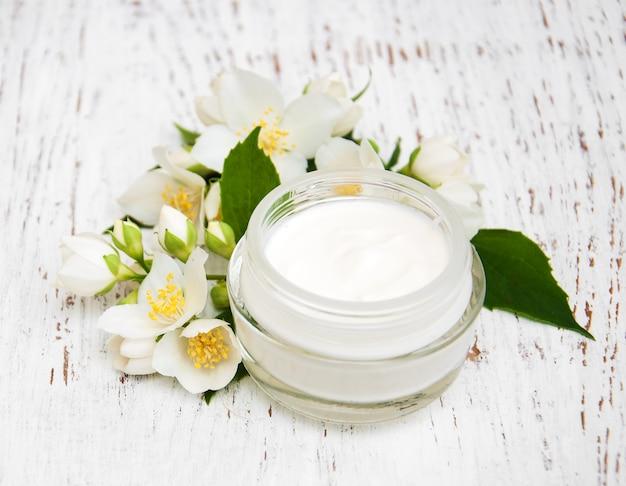 Creme hidratante facial e corporal com flores de jasmim