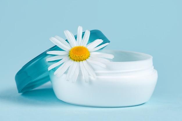 Creme hidratante para as mãos para pele seca e flor de camomila. cuidados com a pele