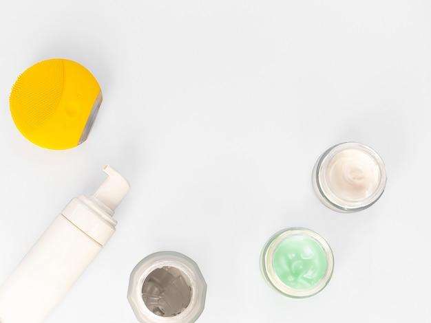 Creme higiênico cosmético da dermatologia com produto do skincare no frasco de vidro no fundo branco.