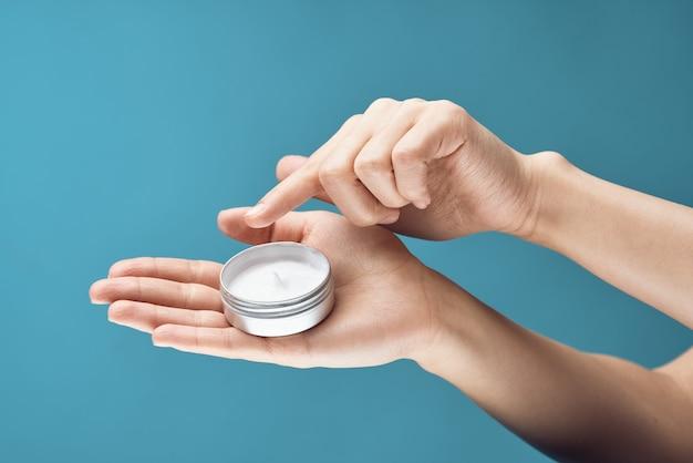 Creme nas mãos pele cuidados closeup dermatologia saúde