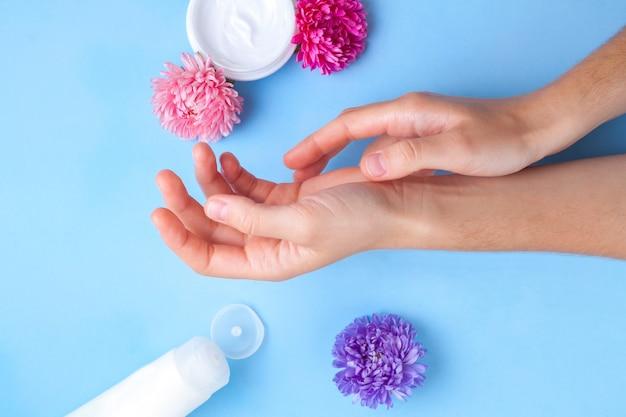 Creme para mãos. cuidados com a pele e mãos. hidratante e eliminando a secura da pele das mãos