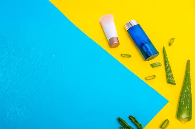 Creme protetor solar creme spf para remediar a pele do sol com folhas naturais aloe vera superfície da água azul