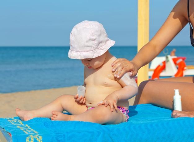 Creme protetor solar para bebês.