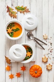 Creme-sopa caseiro tradicional da abóbora com sementes, biscoitos e pouca abóbora.