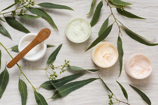 Cremes e folhas para tratamentos de spa e beleza