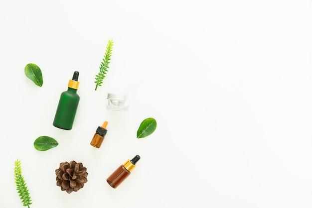 Cremes para garrafas de produtos de beleza com folhas