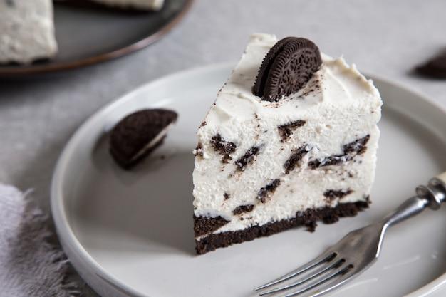 Cremoso não assar bolo de queijo com cookies de chocolate. bolo de biscoito oreo /