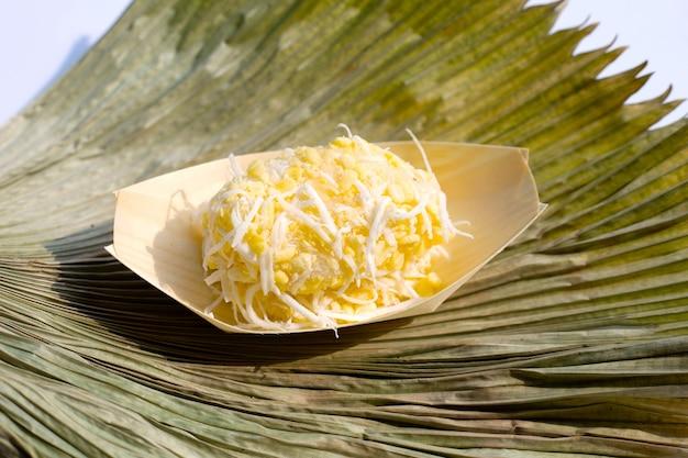 Crepe de arroz de feijão mungo com coco. sobremesas tailandesas