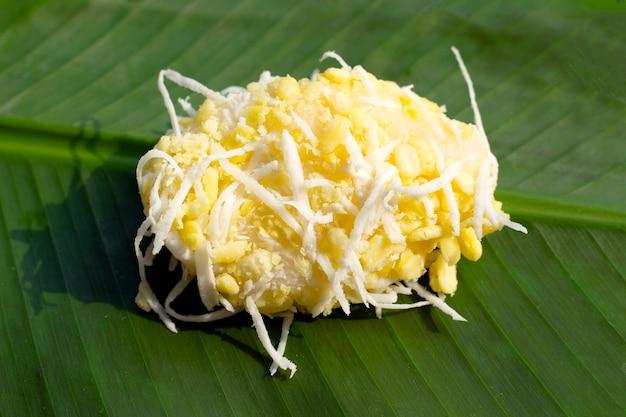 Crepe de arroz de feijão mungo em folha de bananeira