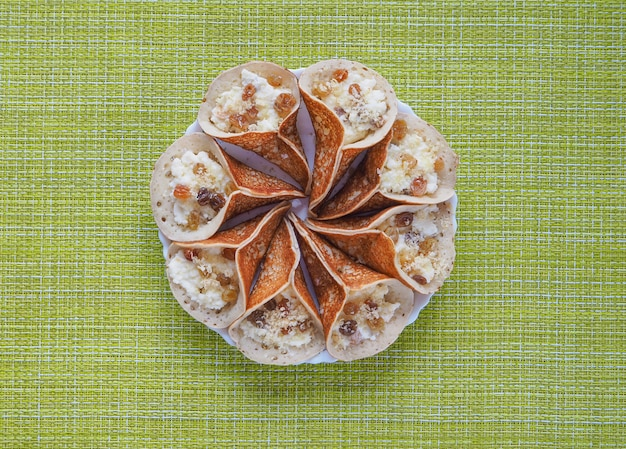 Crepes árabes tradicionais recheados com creme, preparado para iftar no ramadã.