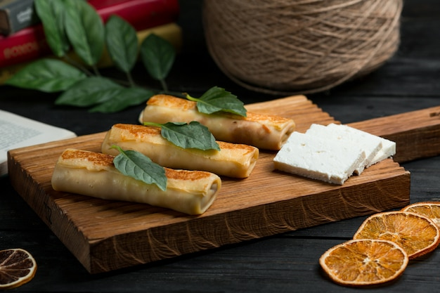 Crepes, blinchik russo servido com queijo branco