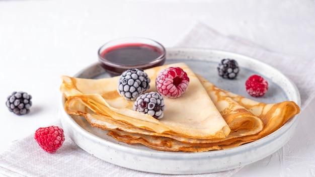Crepes com frutas vermelhas. panquecas finas com frutas congeladas.