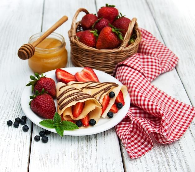 Crepes com morangos e calda de chocolate