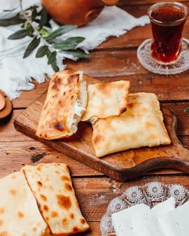 Crepes com queijo na placa de madeira