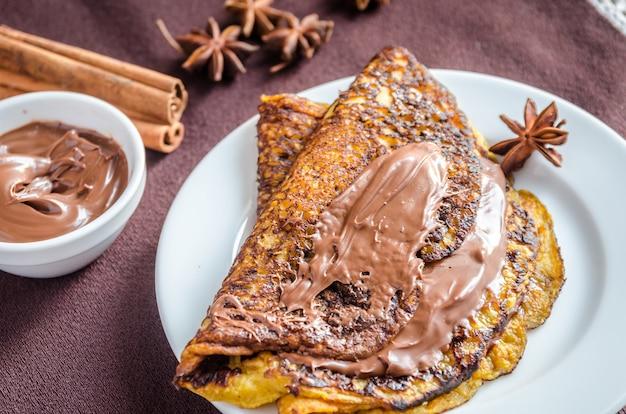 Crepes de abóbora com pasta de chocolate
