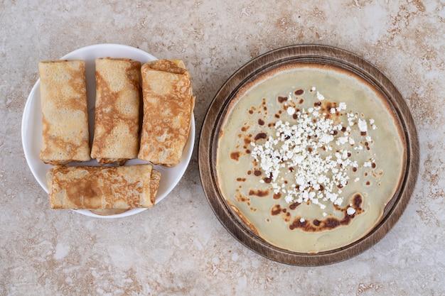 Crepes finos frescos caseiros para o café da manhã ou sobremesa
