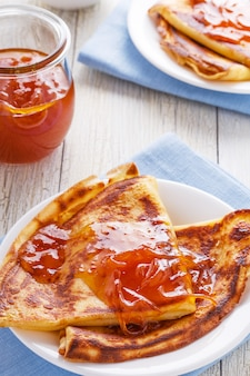 Crepes franceses caseiros com xarope de laranja.