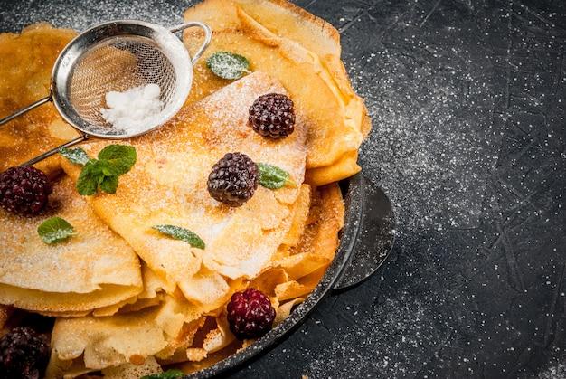 Crepes franceses com frutas e hortelã