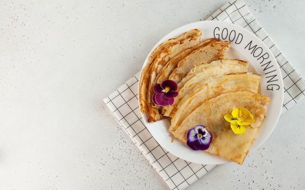 Crepes franceses, panquecas decoradas com flores. conceito de desjejum, sobremesa. cultura francesa, maslenitsa