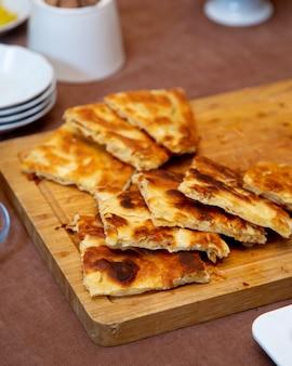 Crepes fritos na placa de madeira
