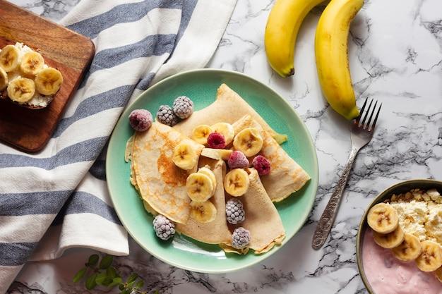Crepes planos leigos com mistura de frutas