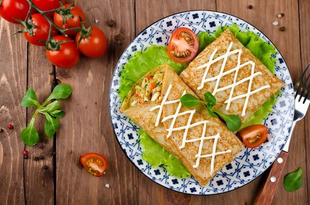 Crepes recheados com couve cozida com cenouras e ovos.