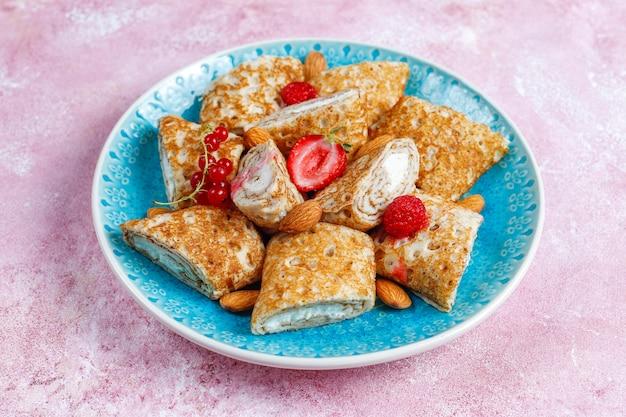Crepes recheados com queijo cottage no café da manhã.