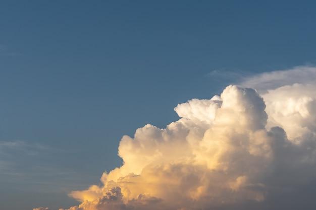 Crepúsculo céu nuvem do sol no céu azul pastel