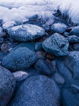 Crepúsculo de inverno no rio