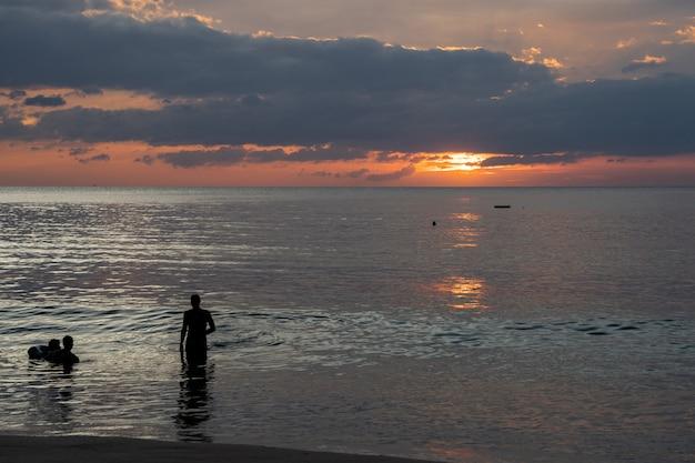 Crepúsculo, de, pôr do sol, em, a, mar, céu bonito, em, ilha andaman, tailandia