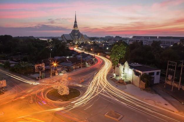 Crepúsculo do templo e as luzes da rua à noite.