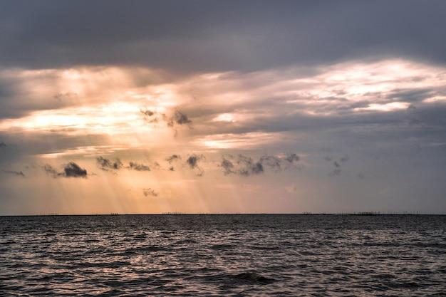 Crepúsculo na praia de bangsaen, província de chonburi, tailândia.