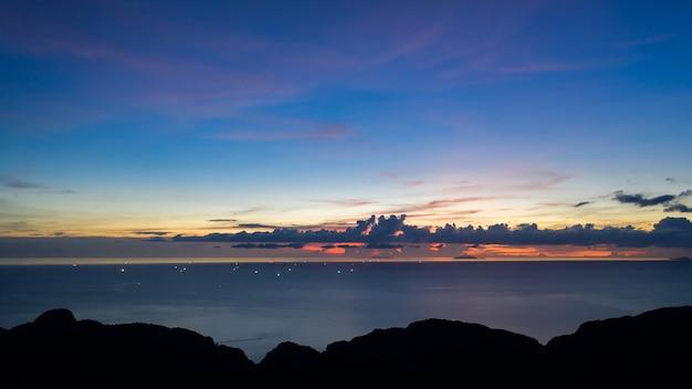 Crepúsculo, paisagem, azul, céu, e, pastel, tom, com, silueta, primeiro plano montanha, ligado, a, mar, vista aérea