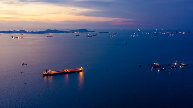 Crepúsculo, paisagem, céu azul, ligado, a, mar, e, despacho, óleo aberto, lighting, bonito, em, tempo