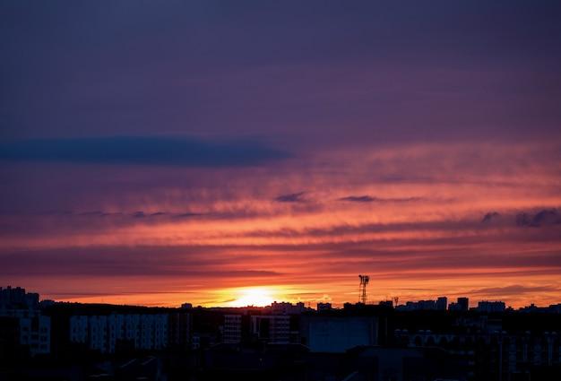 Crepúsculo sobre a cidade. lindo pôr do sol
