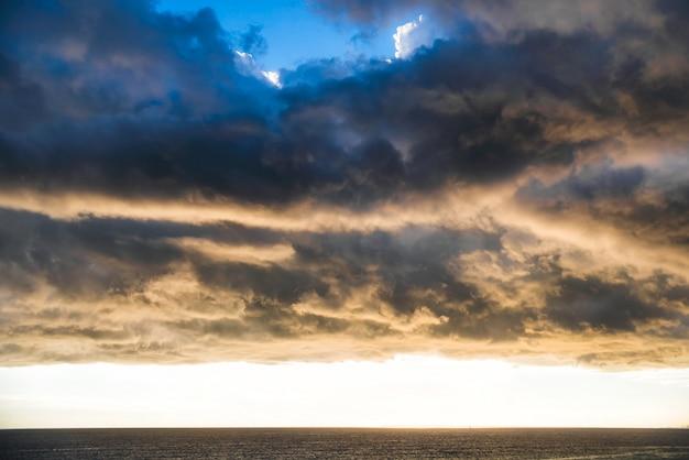 Crepúsculo sobre o mar mediterrâneo