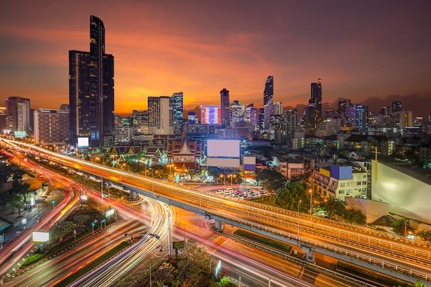 Crepúsculo vista da paisagem urbana comercial moderno edifício e condomínio na área de interseção samyan, bangkok, tailândia
