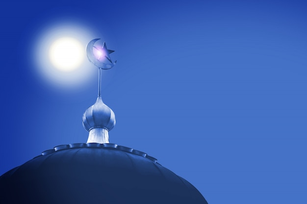 Crescente e estrela, o símbolo do islã na cúpula da mesquita com céu azul
