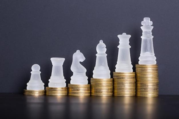 Crescer de um pequeno a grande negócio com sua moeda financeira. pilha de dinheiro para iniciar.