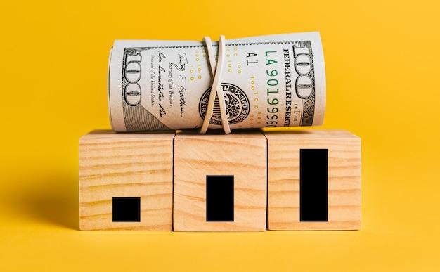 Crescimento com dinheiro em um fundo amarelo