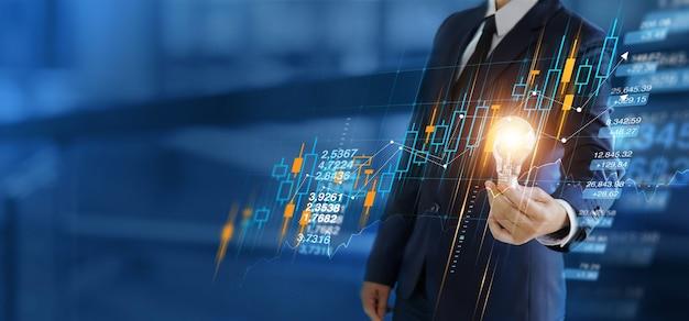 Crescimento do negócio empresário segurando lâmpadas com gráfico do mercado de ações no cliente da rede global