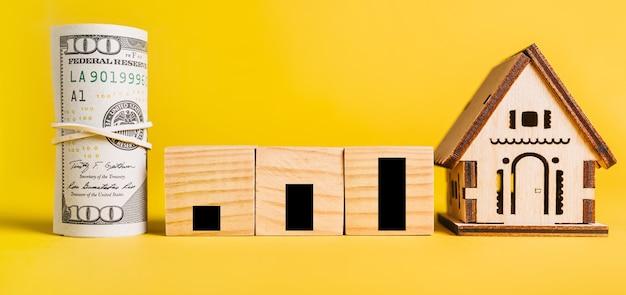Crescimento e desenvolvimento com modelo em miniatura de casa e dinheiro