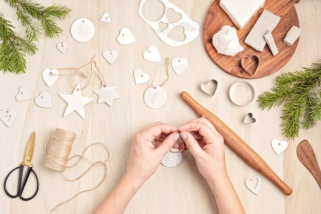 Criação de enfeites de natal feitos à mão e etiquetas com argila de modelagem